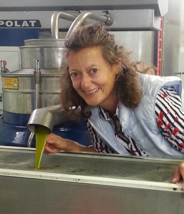 Das Agoureleo Öl wird produziert. Am Bild ist ebenso eine Dame zu sehen, die die Ölpresse betreut.